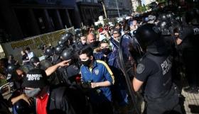 Ντιέγκο Μαραντόνα: Συμπλοκές με την αστυνομία στο λαϊκό προσκύνημα